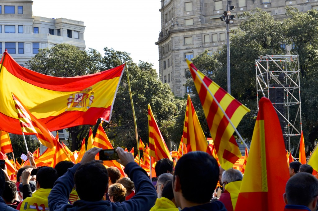 Demonstrators in Barcelona wave the Spanish and Catalan flags. Photographer: Gabriela Ayala