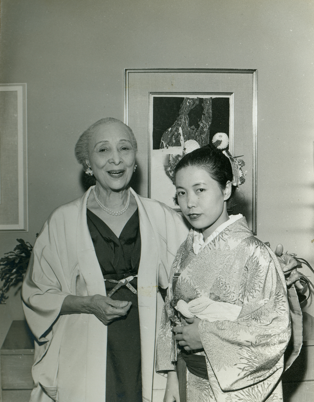 Kusama with Zoë Dusanne at her solo exhibition at the Dusanne Gallery, Seattle, December 1957.