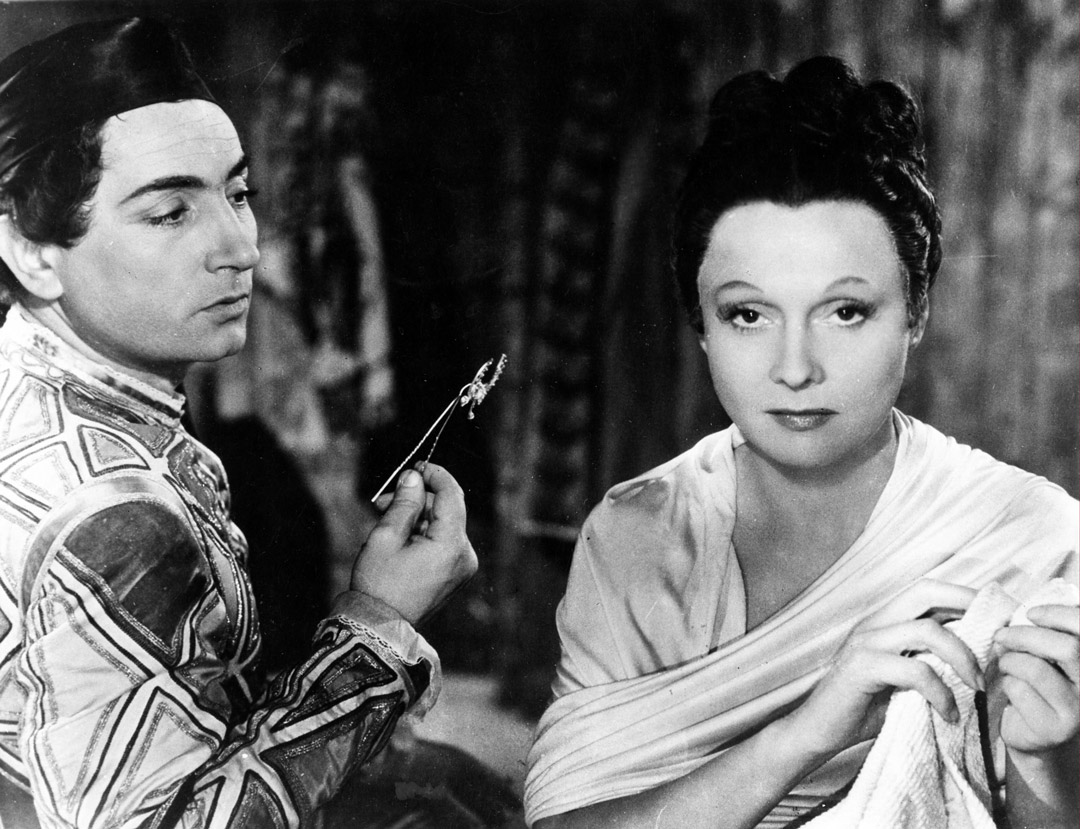 Children of Paradise (1945 France) aka Les enfants du paradis Directed by Marcel Carné Shown from left: Pierre Brasseur, Arletty