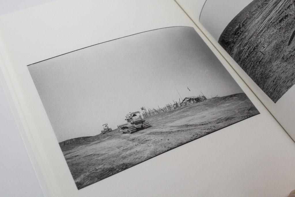 Page from <em> Sanrizuka Plegaria A Un Labrador (Sanrizuka: Kitai Kazuo shashinshu)</em> by Kazuo Kitai