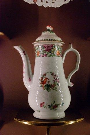 Coffeepot, ca. 1768, soft paste porcelain, English, Worcester, 9 1/4 x 7 in., Gift of Martha and Henry Isaacson, 76.174. Photo: Natasha Lewandrowski